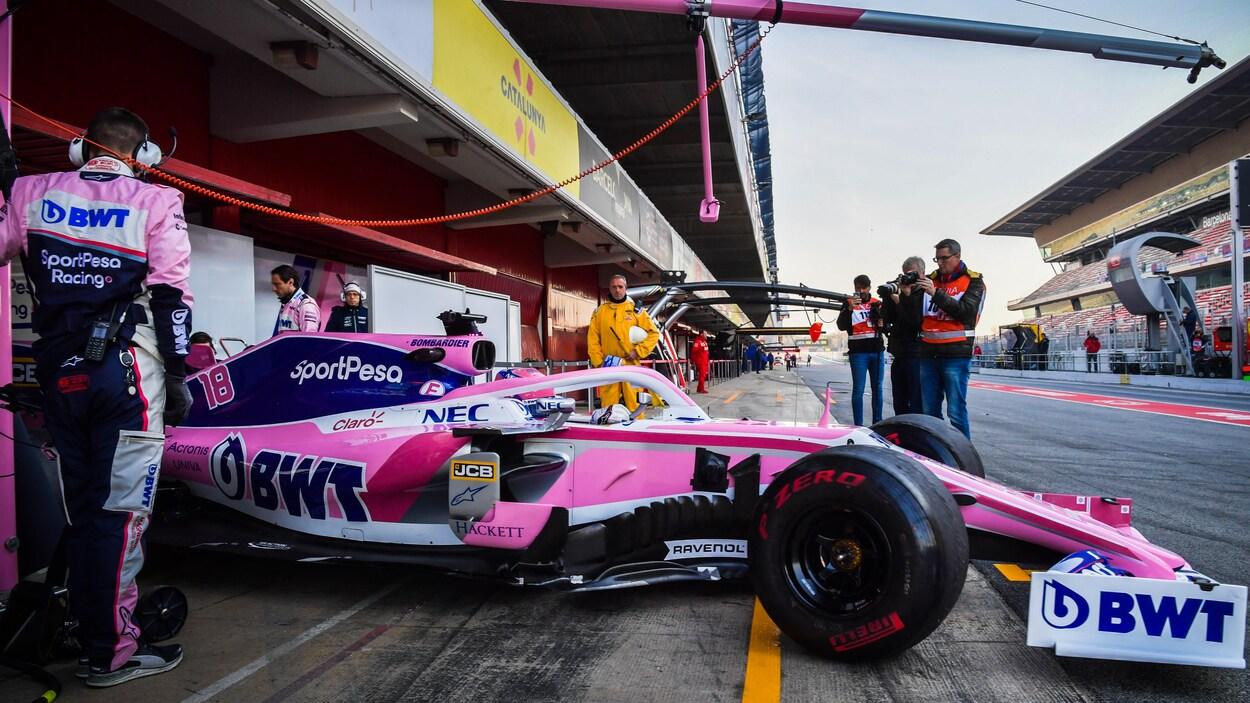 Lance Stroll sort du garage lors des essais d'hiver à Barcelone.