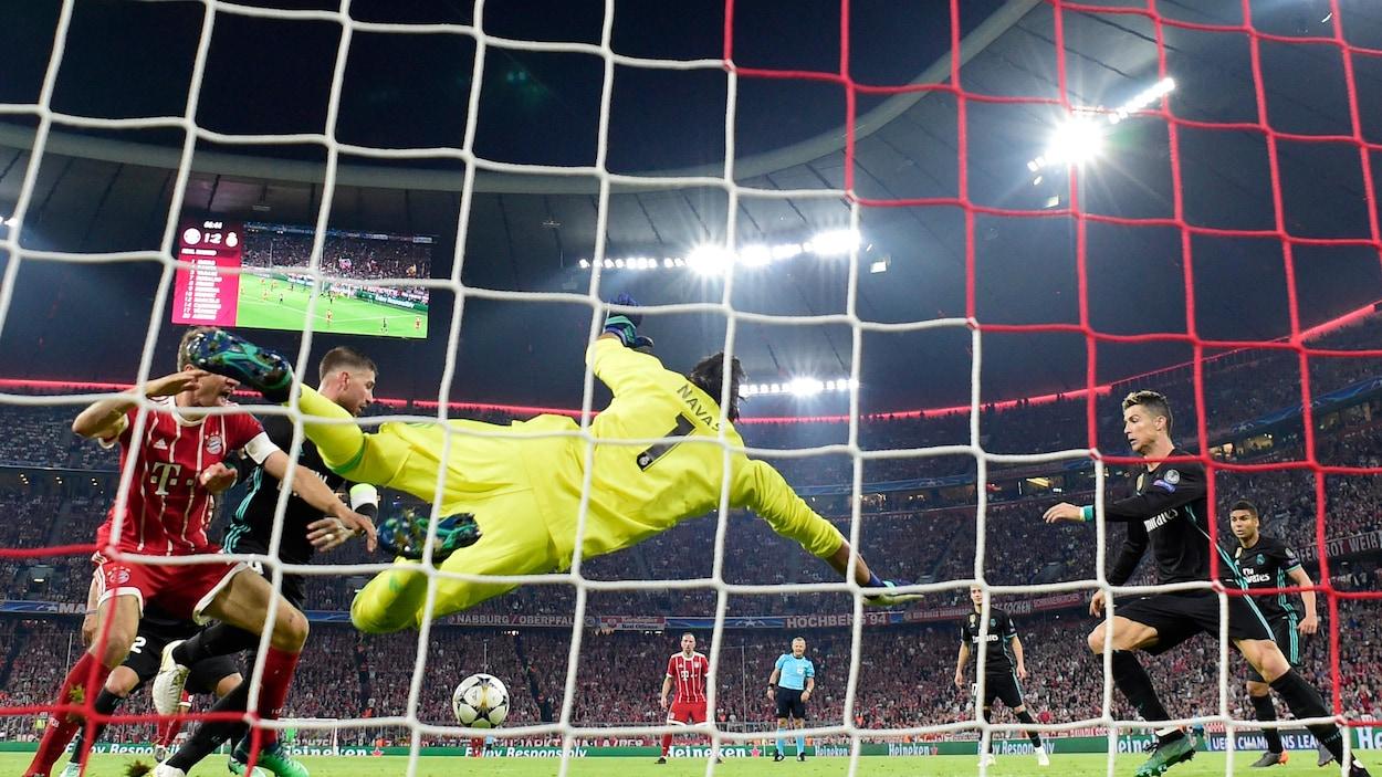 Le gardien du Real Madrid s'élance sur sa droite.