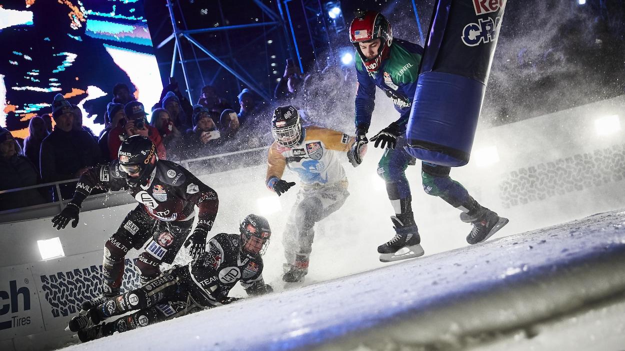 Kyle Croxall, à gauche, profite de la chute de son frère Scott pour le dépasser, lors de la finale du Red Bull Crashed Ice à Edmonton.