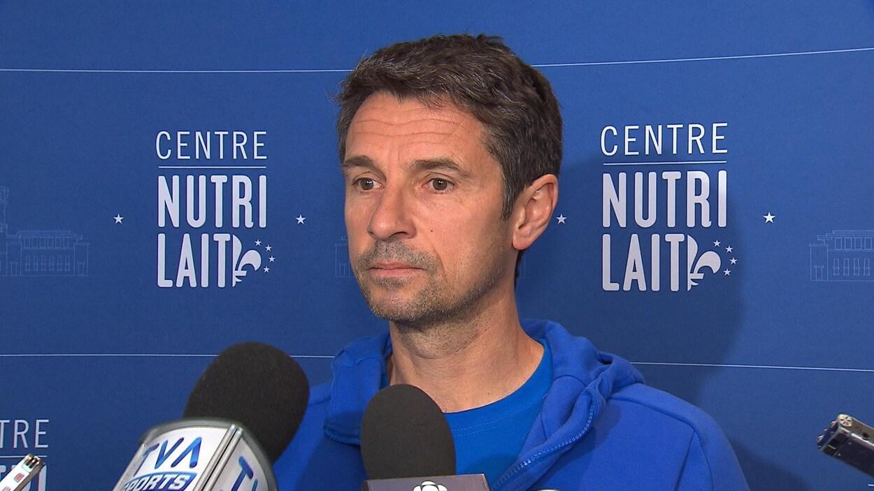 L'entraîneur-chef de l'Impact répond à des questions en mêlée de presse.