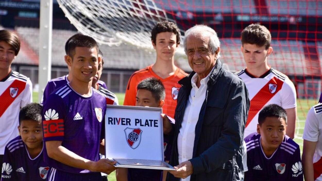Le capitaine de l'équipe des Sangliers sauvages reçoit une plaque commémorant le match contre le club de River Plate.