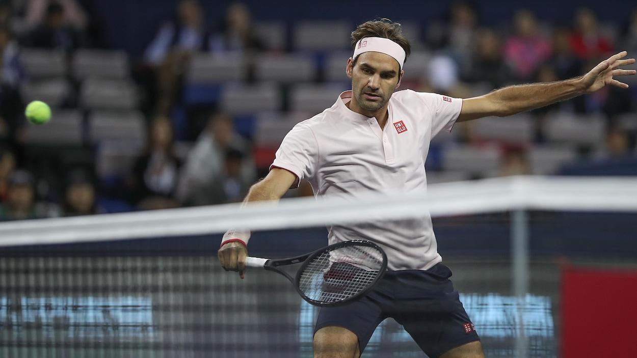 Roger Federer monte au filet