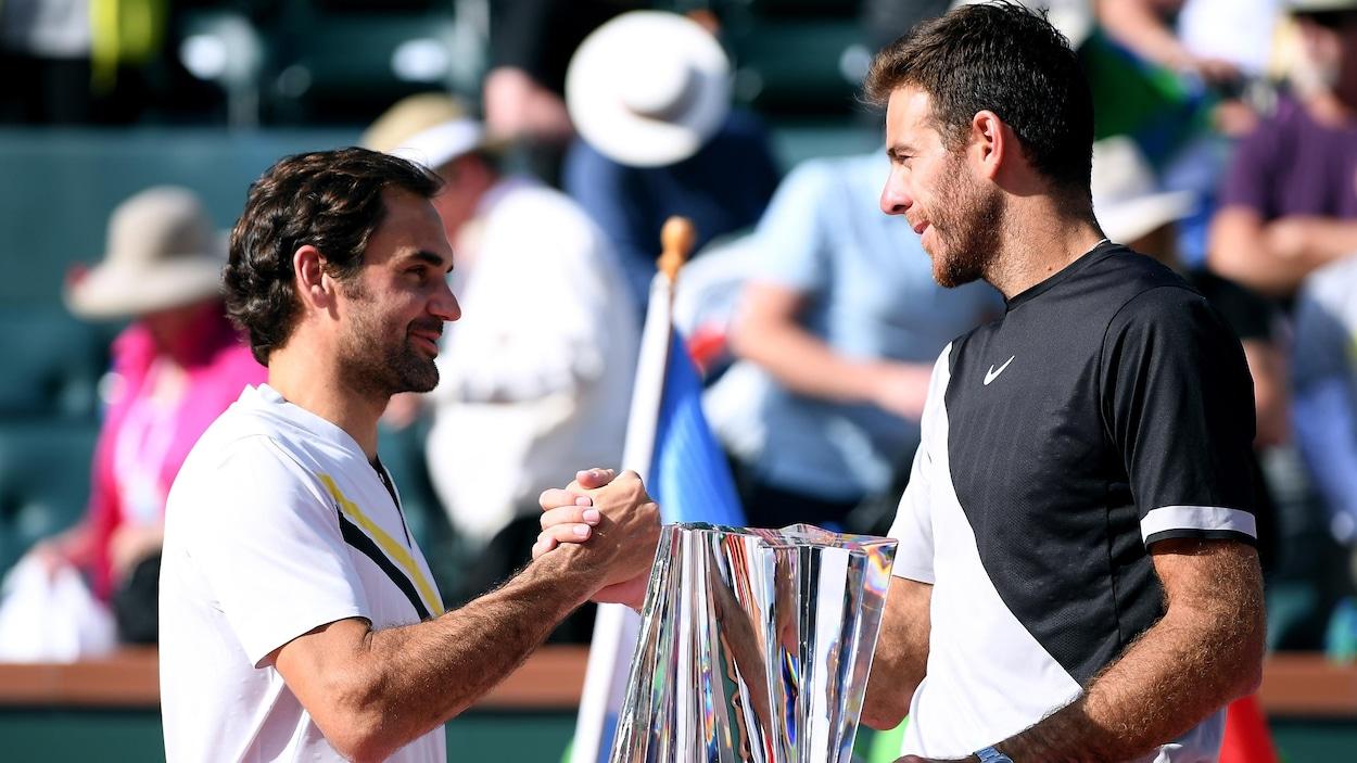 Roger Federer (gauche) et Juan Martin Del Potro (droite)