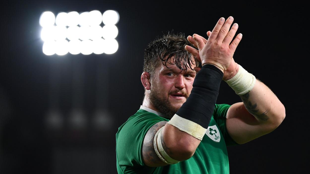 L'Irlandais Andrew Porter applaudit après la victoire de son équipe contre les Samoa.