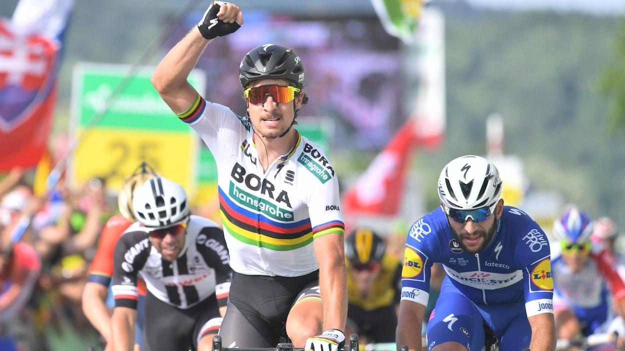 Le Slovaque Peter Sagan (Bora) lève le poing pour célébrer sa victoire d'étape au Tour de Suisse.