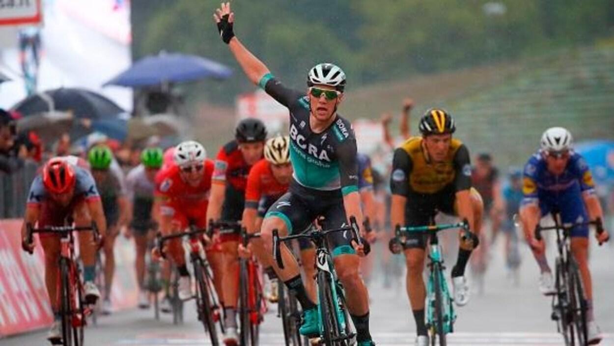 Sam Bennett devance le peloton pour gagner la 12e étape du Tour d'Italie