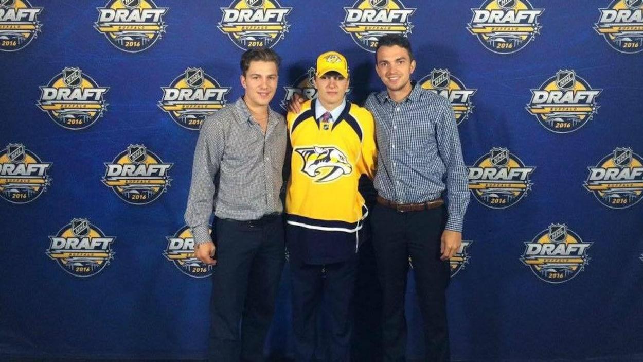 Jérémy, Samuel, et Christopher Girard se tiennent par la taille.