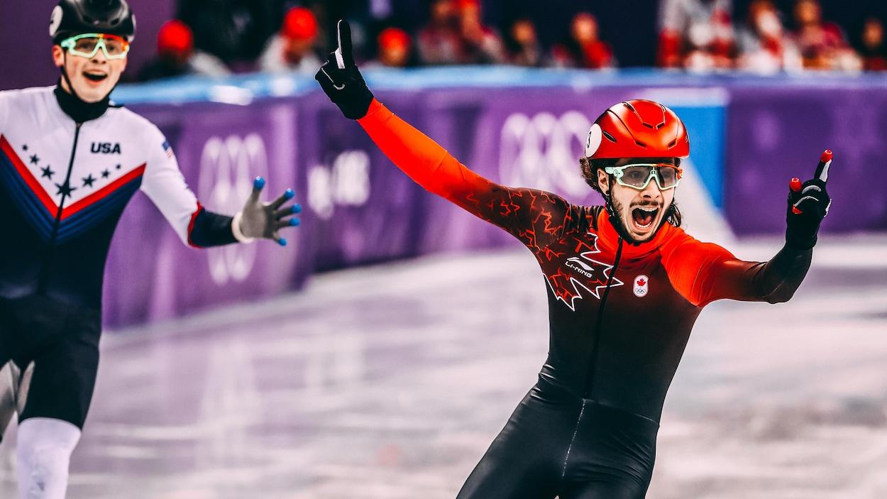 Samuel Girard réalise qu'il vient de remporter la médaille d'or au 1000 m des Jeux olympiques de Pyeongchang, devant l'Américain John-Henry Krueger.