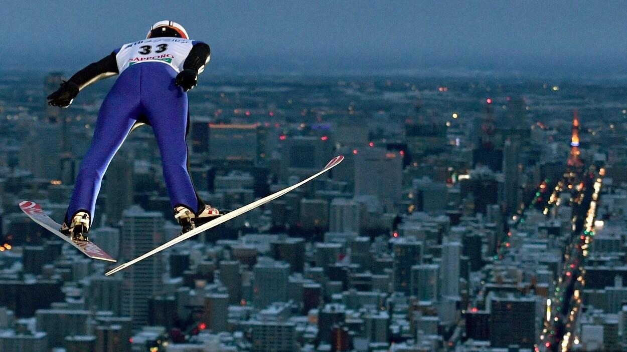Un athlète en plein vol lors d'une compétition de saut à skis à Sapporo au Japon
