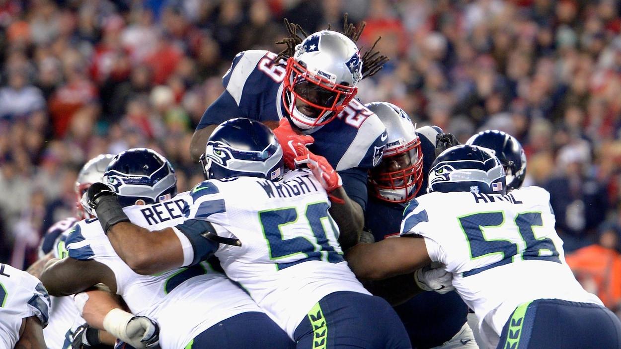 LeGarrette Blount des Patriots se fait arrêter par la ligne défensive des Seahawks de Seattle.