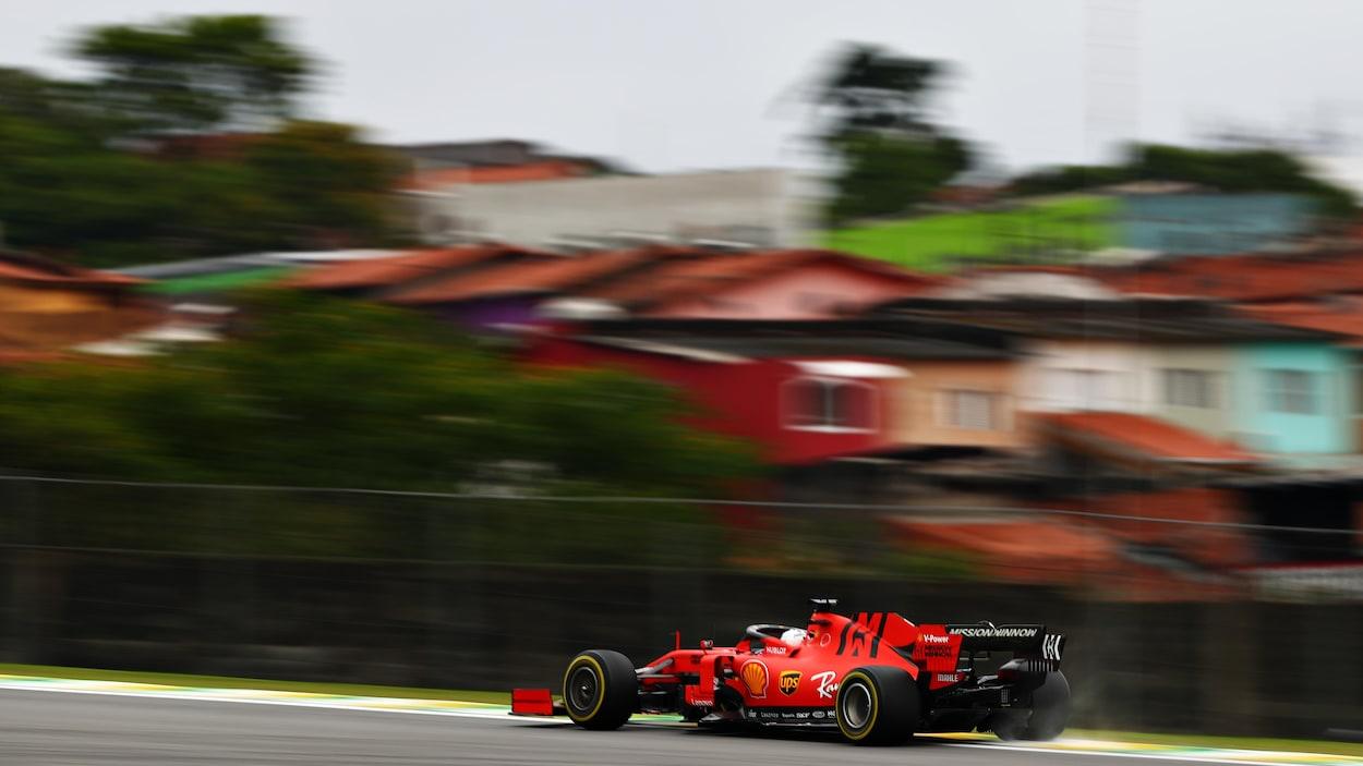 Sebastian Vettel roule dans sa Ferrari