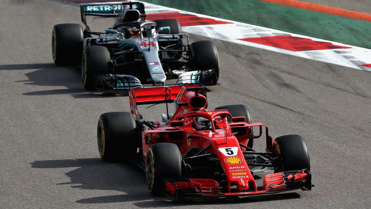 Sebastian Vettel roule devant Lewis Hamilton.