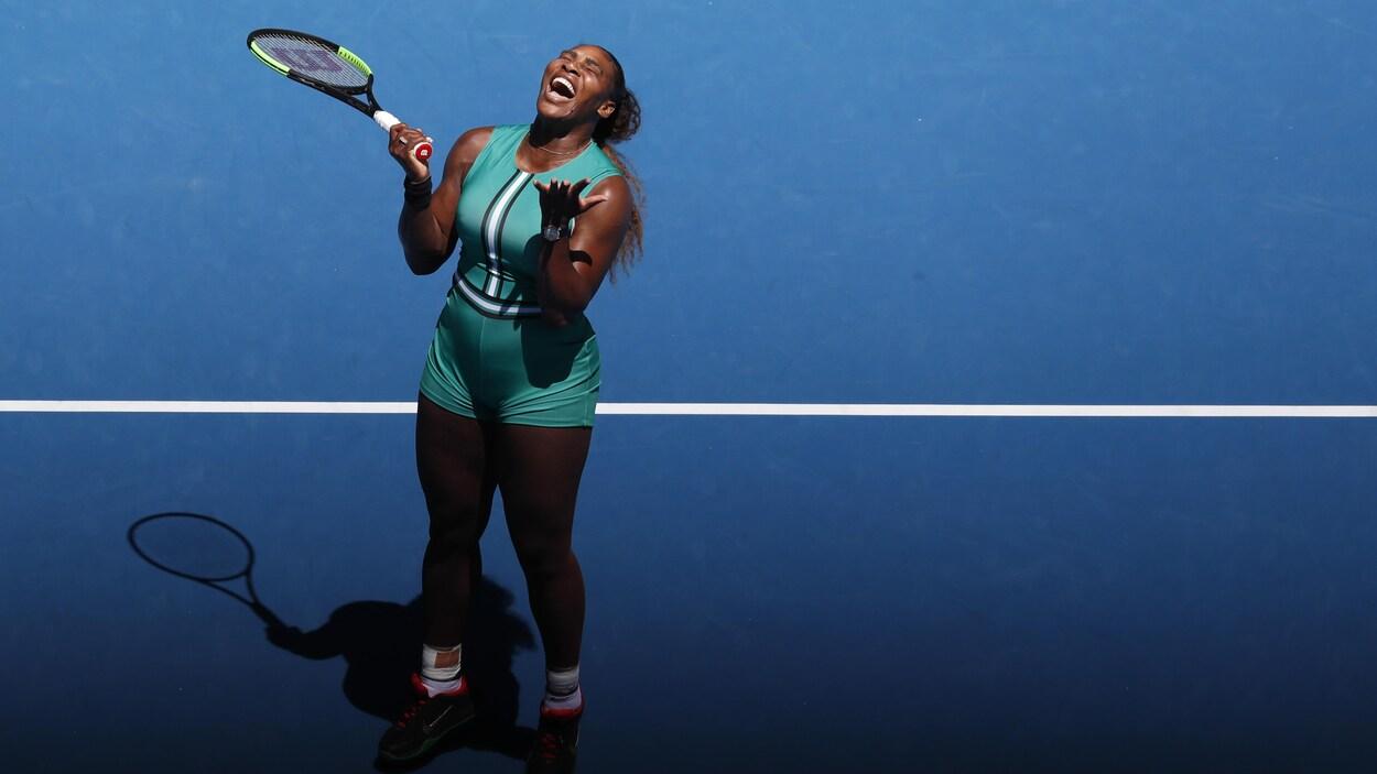 Serena Williams laisse aller sa frustration après avoir perdu un point contre Karolina Pliskova en quarts de finale à Melbourne.