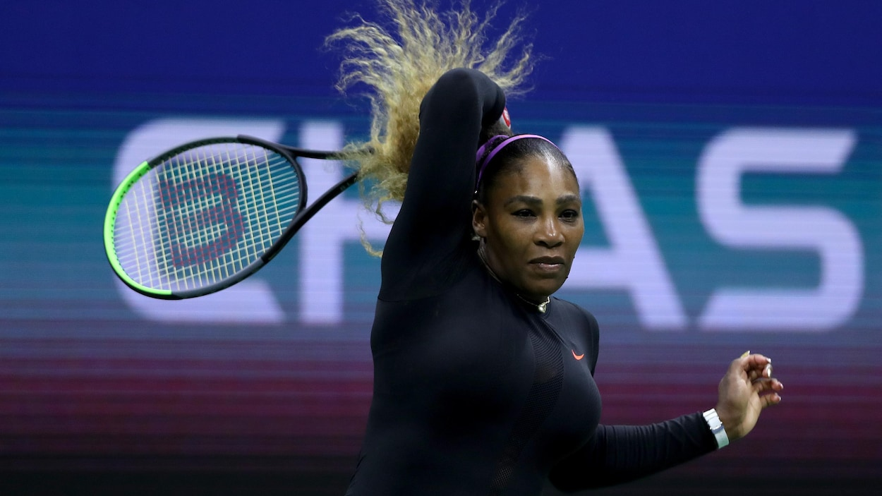 Serena Williams retourne la balle à son premier match aux Internationaux des États-Unis