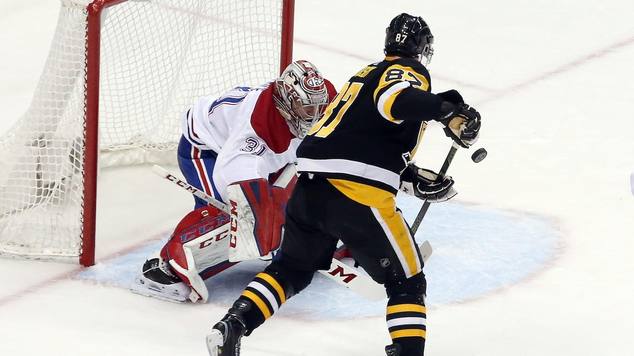 Sidney Crosby marque un but contre Carey Price.