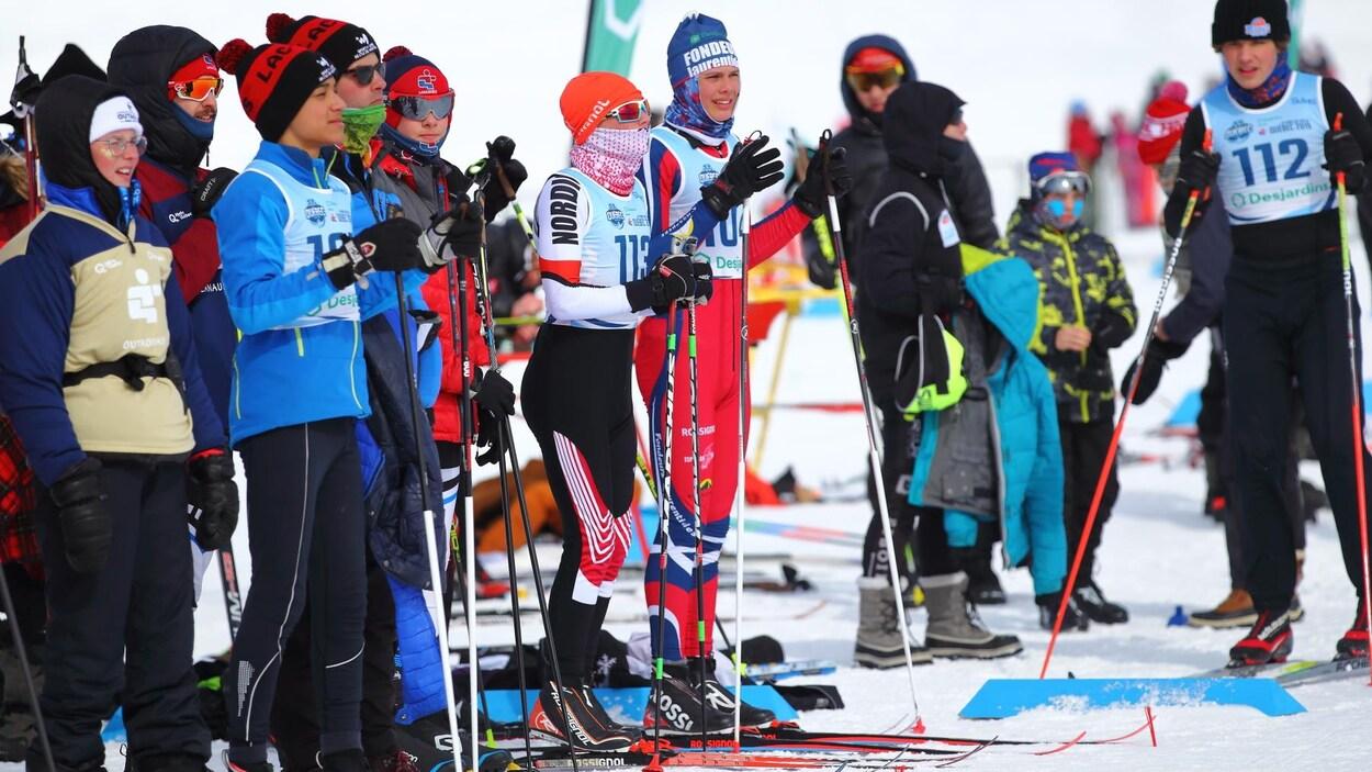 Des Jeunes skieurs de différentes délégations prêts à s'élancer