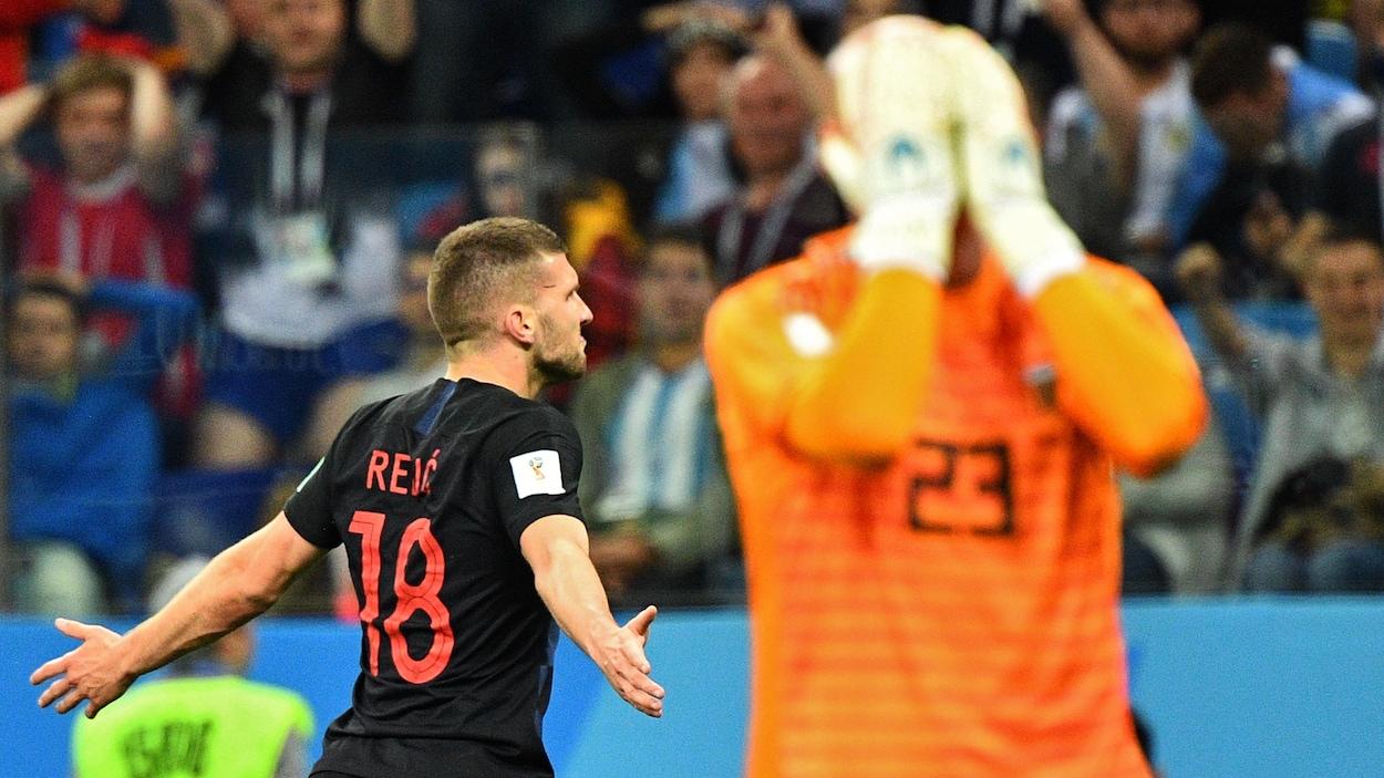 Le gardien argentin Willy Caballero (à droite) réagit après avoir offert le premier but au Croate Ante Rebic.
