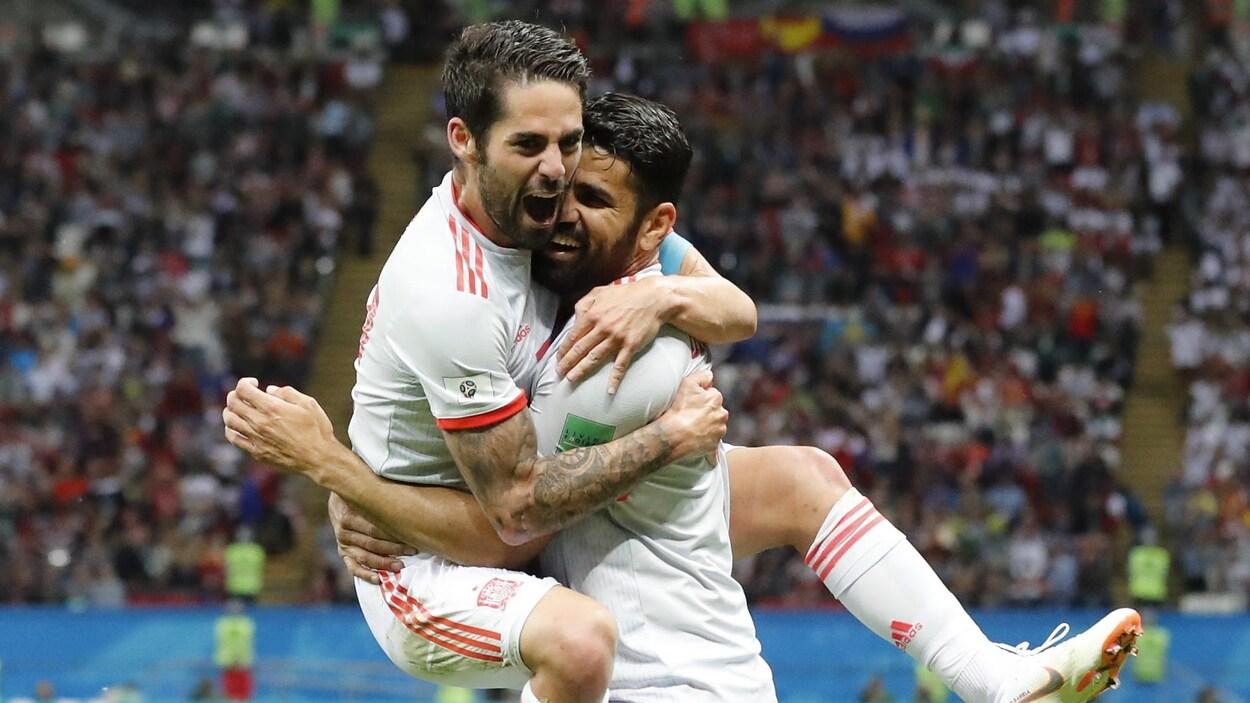 L'Espagnol Diego Costa (à droite) célèbre son but contre l'Iran avec son coéquipier Isco.