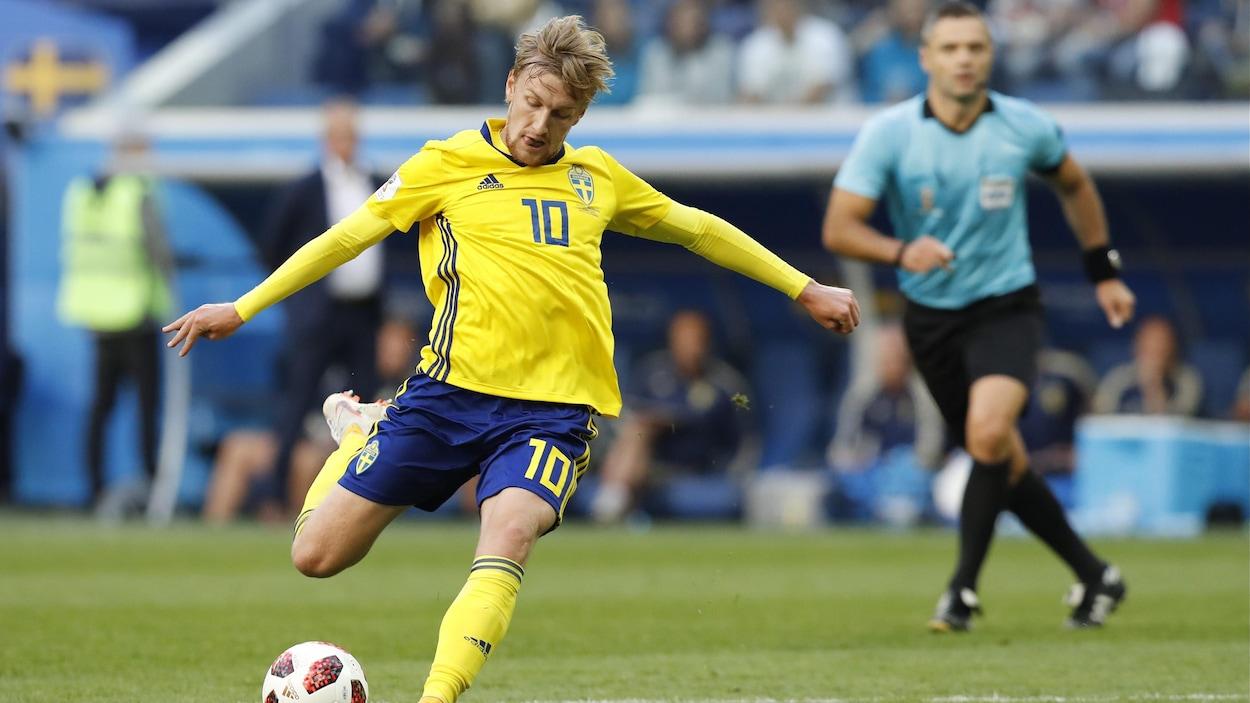 Le Suédois Emil Forsberg marque le seul but de son équipe contre la Suisse en huitièmes de finale de la Coupe du monde de soccer de 2018.