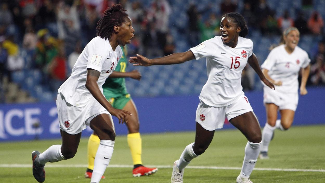 Kadeisha Buchanan (à gauche) célèbre son but contre le Cameroun en Coupe du monde féminine.