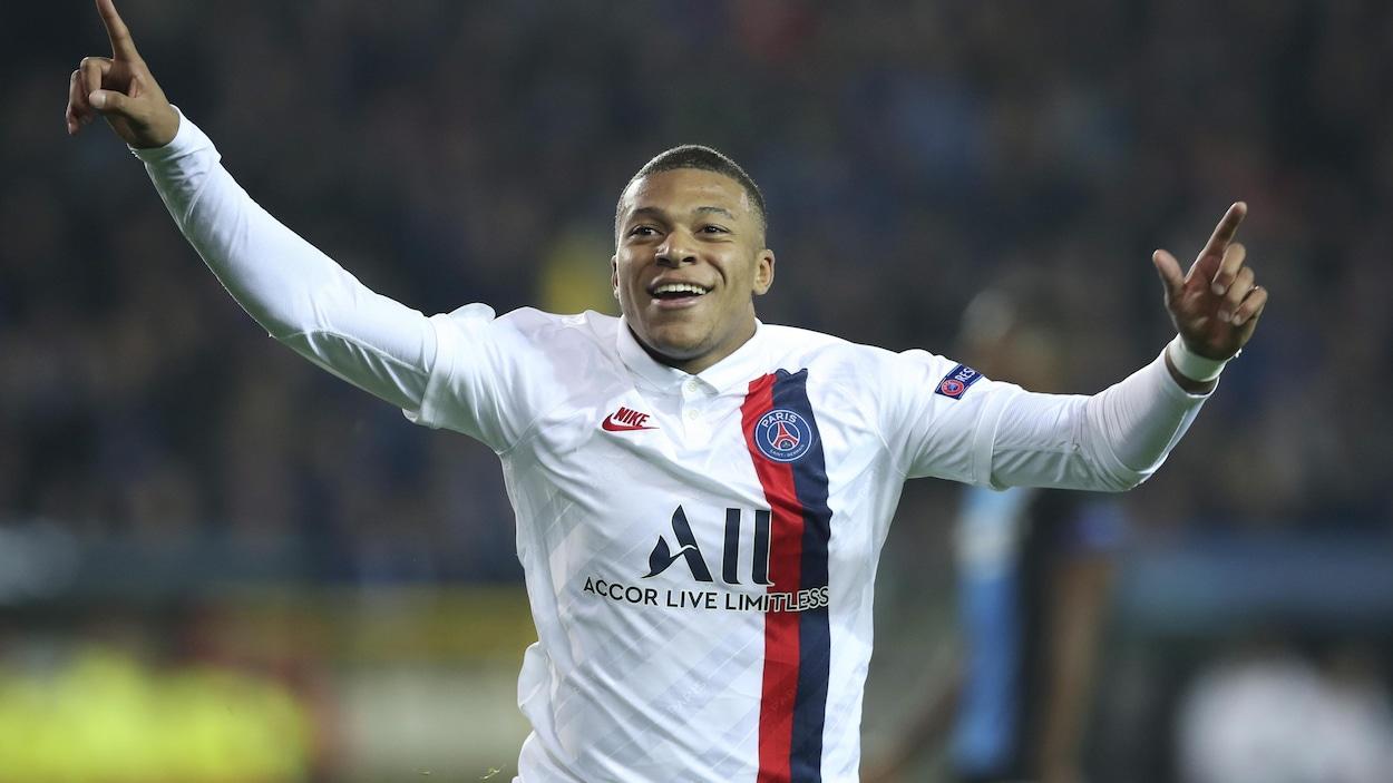 Il lève les bras au ciel après avoir marqué contre Bruges.