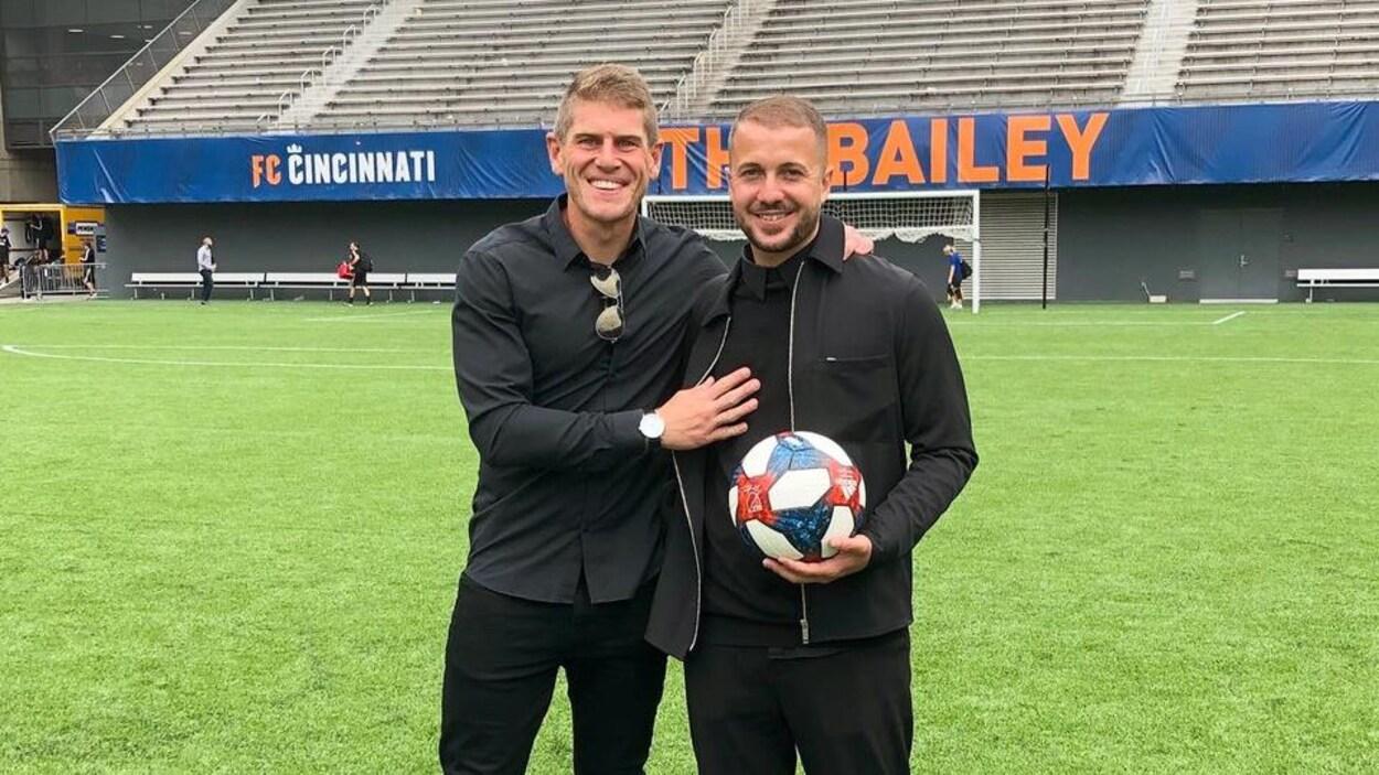Ils prennent la pose avec un ballon dans le stade du FC Cincinnati.
