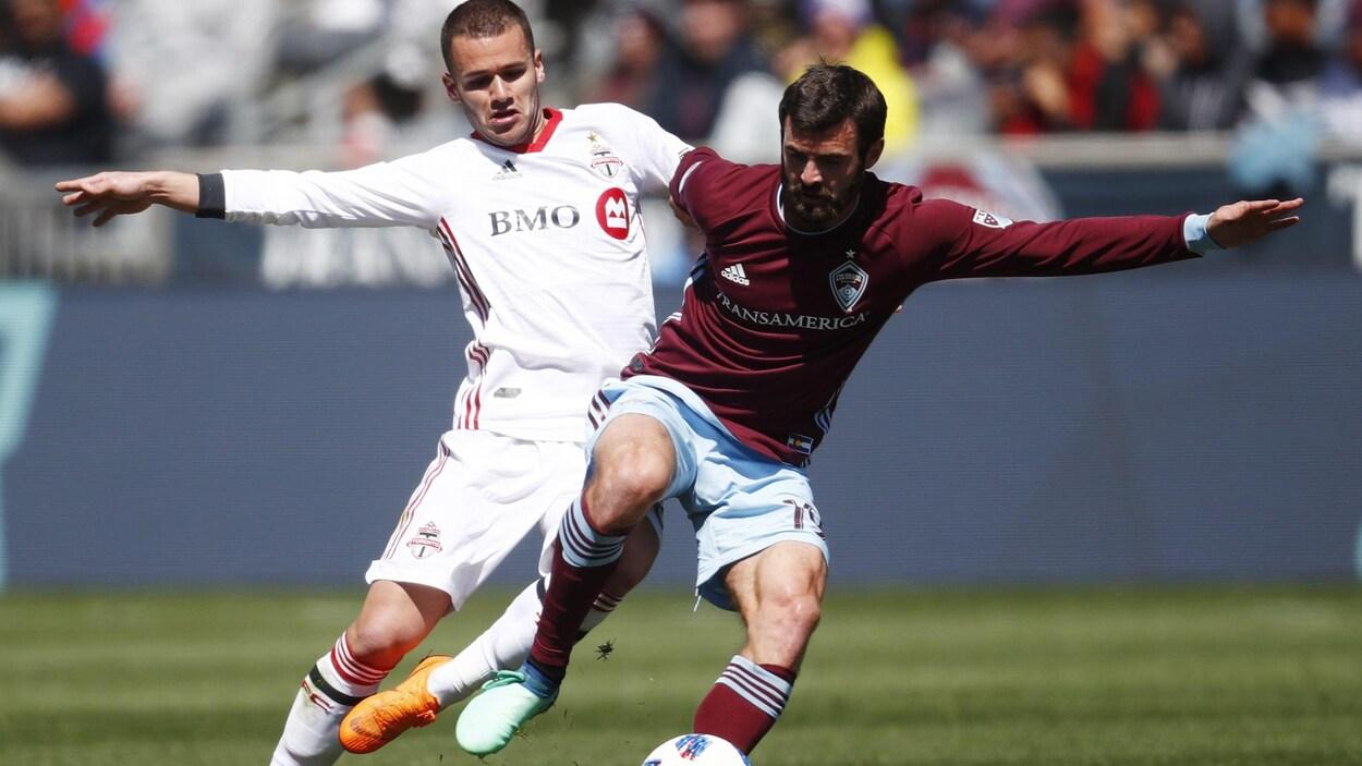 Jack Price (à droite), des Rapids du Colorado, tente de conserver le ballon devant Ager Aketxe, du Toronto FC.
