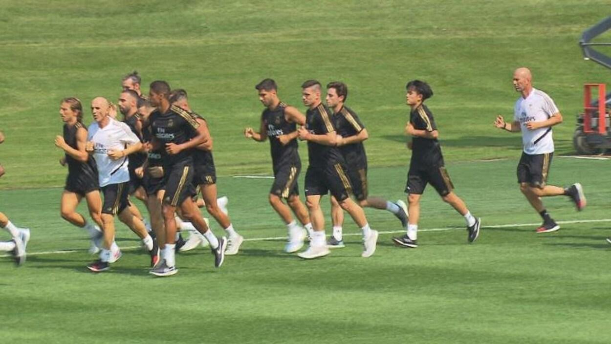 L'équipe s'entraîne sur la pelouse du Centre Nutrilait.