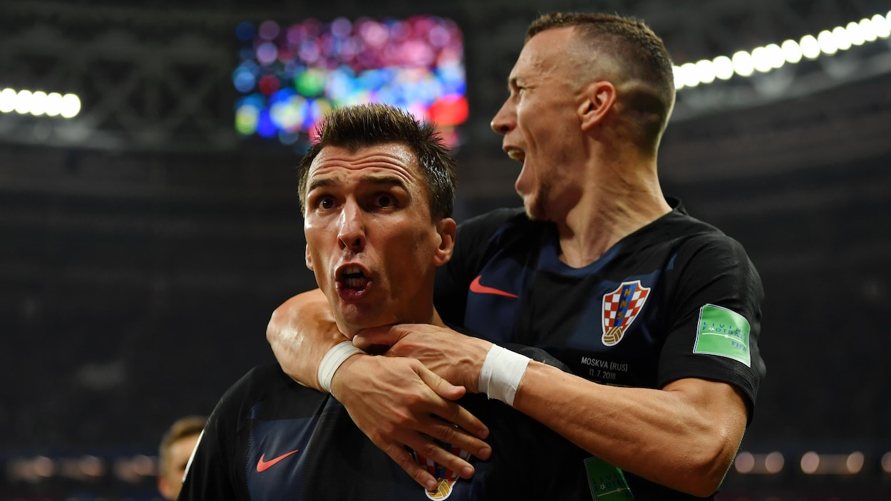 Ivan Perisic saute sur le dos de Mario Mandzukic après son but en prolongation.