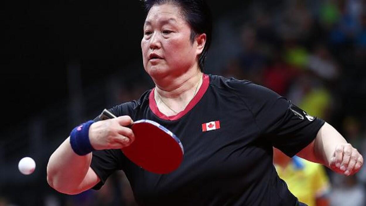 La pongiste canadienne frappe une balle aux Jeux du Commonwealth l'an dernier.
