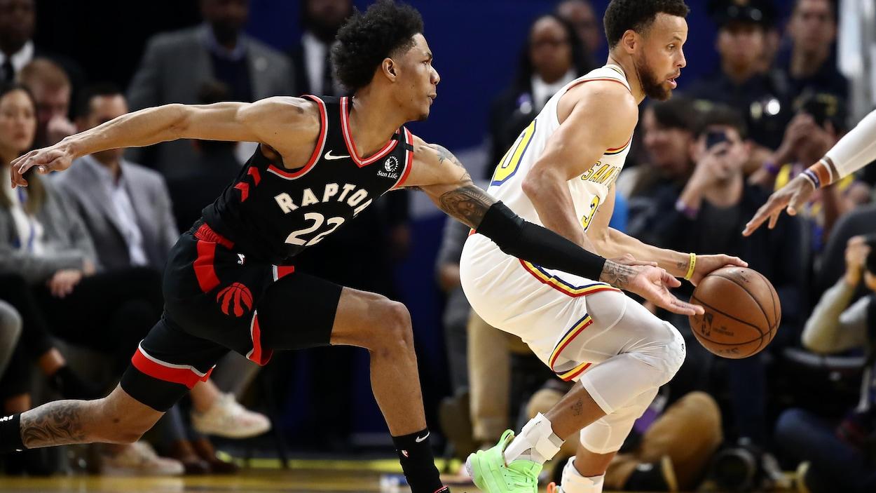 Curry dribble le ballon de la main gauche.