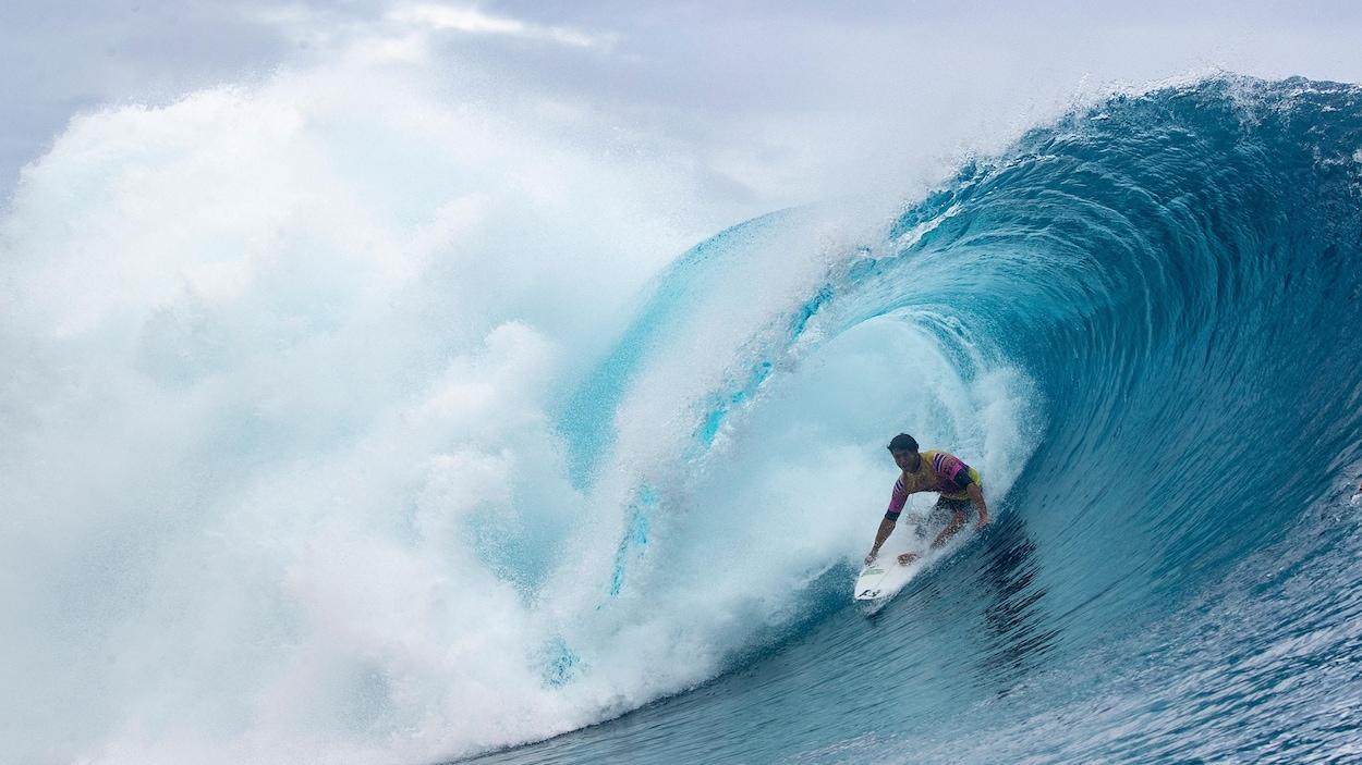 Un athlète de surf en action sur une vague
