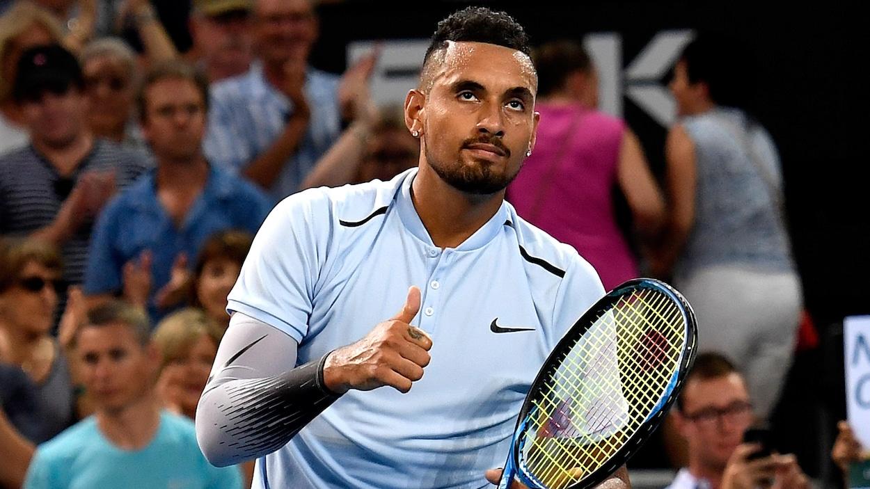 Il lève le pouce droit après sa victoire en finale du tournoi de Brisbane.