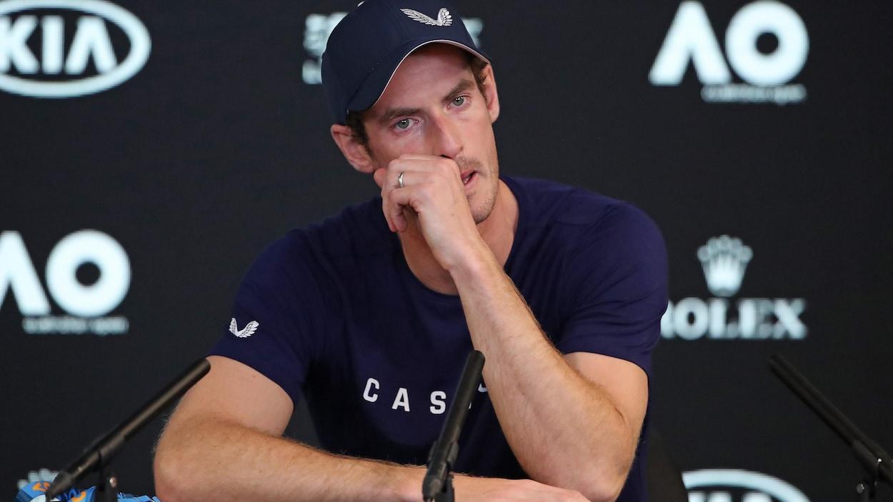 Andy Murray porte sa main à son visage au cours d'une conférence de presse à Melbourne, en Australie.