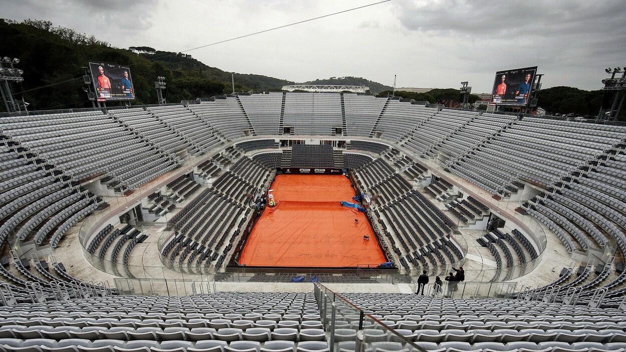 Vue du court central couvert par une bâche, à Rome