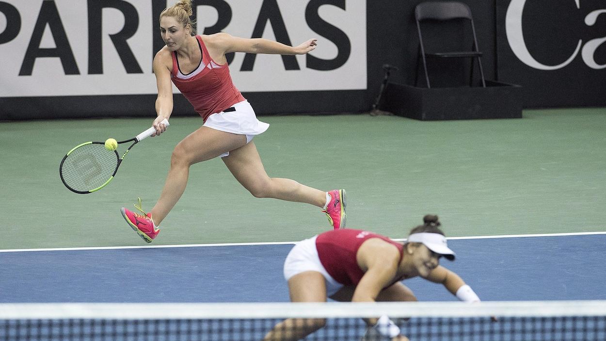Gabriela Dabrowski (à gauche) frappe la balle par-dessus sa coéquipière canadienne Bianca Andreescu contre les Ukrainiennes Kateryna Bondarenko et Olga Savchuk.