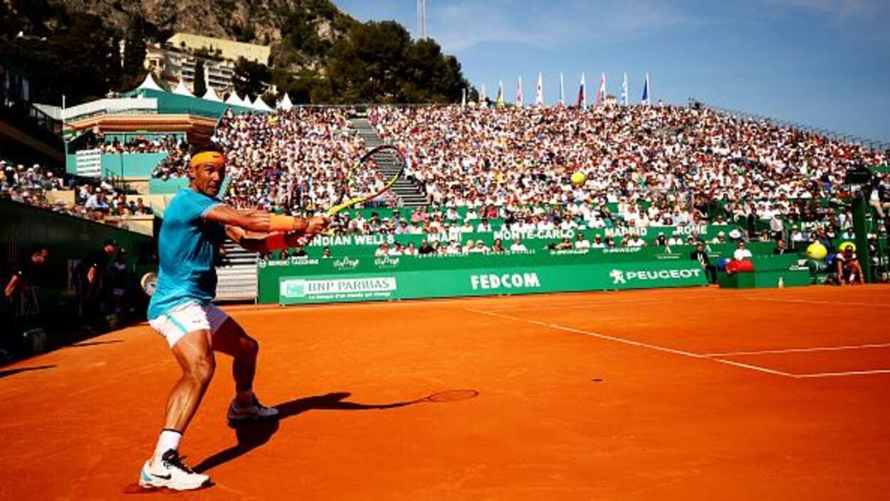 Il frappe un revers à deux mains sur la terre battue de Monte-Carlo