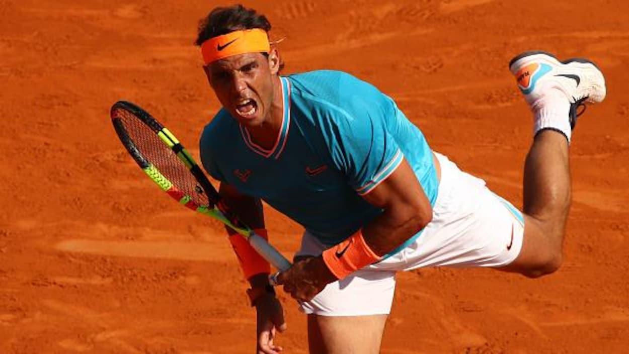 Rafael Nadal en plein effort au service sur la terre battue de Monte-Carlo
