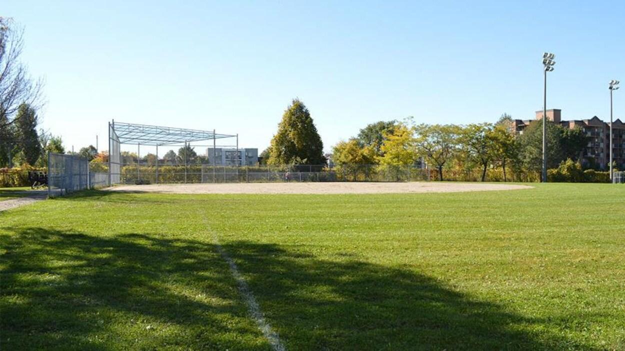 Un terrain de baseball inoccupé et ensoleillé.