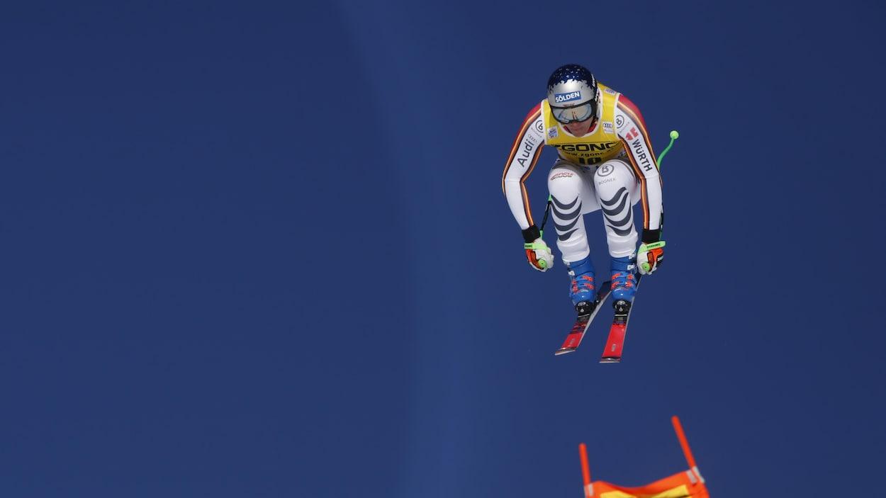 L'Allemand effectue un saut.