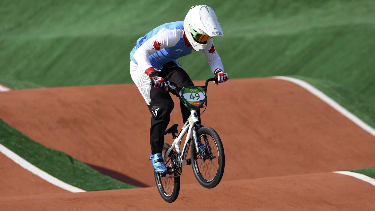 Un spécialiste du BMX dans les airs