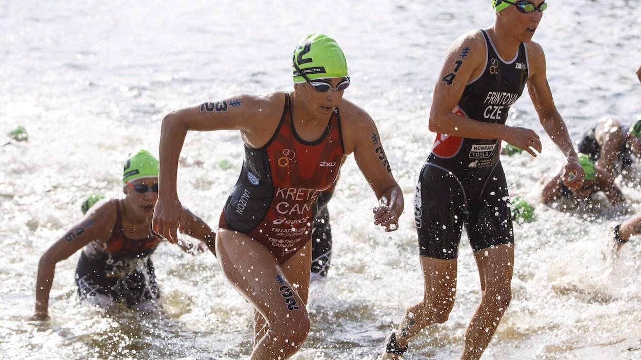 Elle sort de l'eau pendant un triathlon.