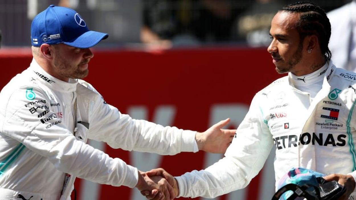 Valtteri Bottas salue son coéquipier Lewis Hamilton après la séance de qualification du Grand Prix d'Espagne.