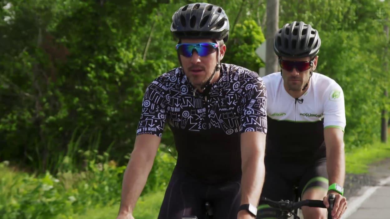 Notre journaliste Michaël Roy en vélo devant avec l'expert Simon Lambert-Lemay