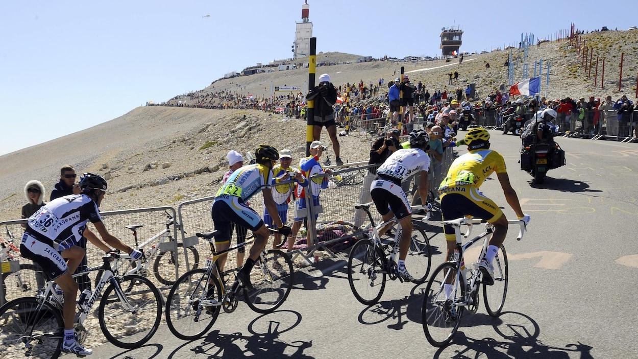 Quatre cyclistes dans un lacet du mont Ventoux