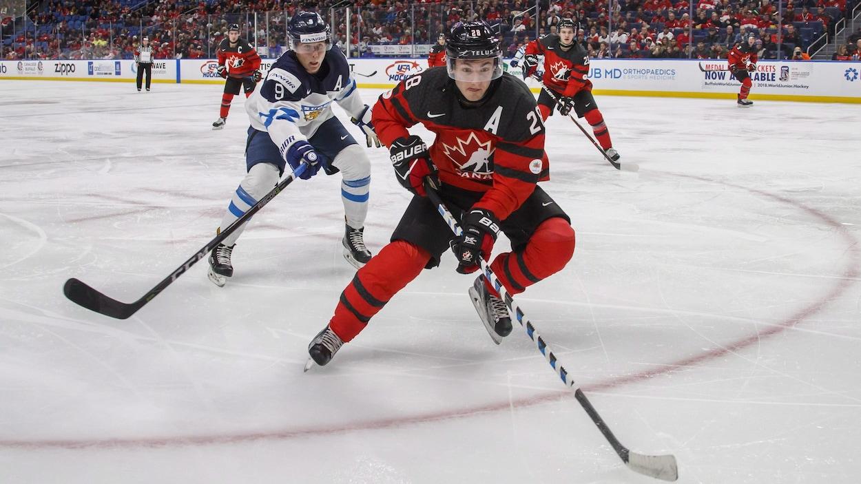 Janne Kuokkanen et Victor Mete en action au Championnat du monde de hockey junior à Buffalo