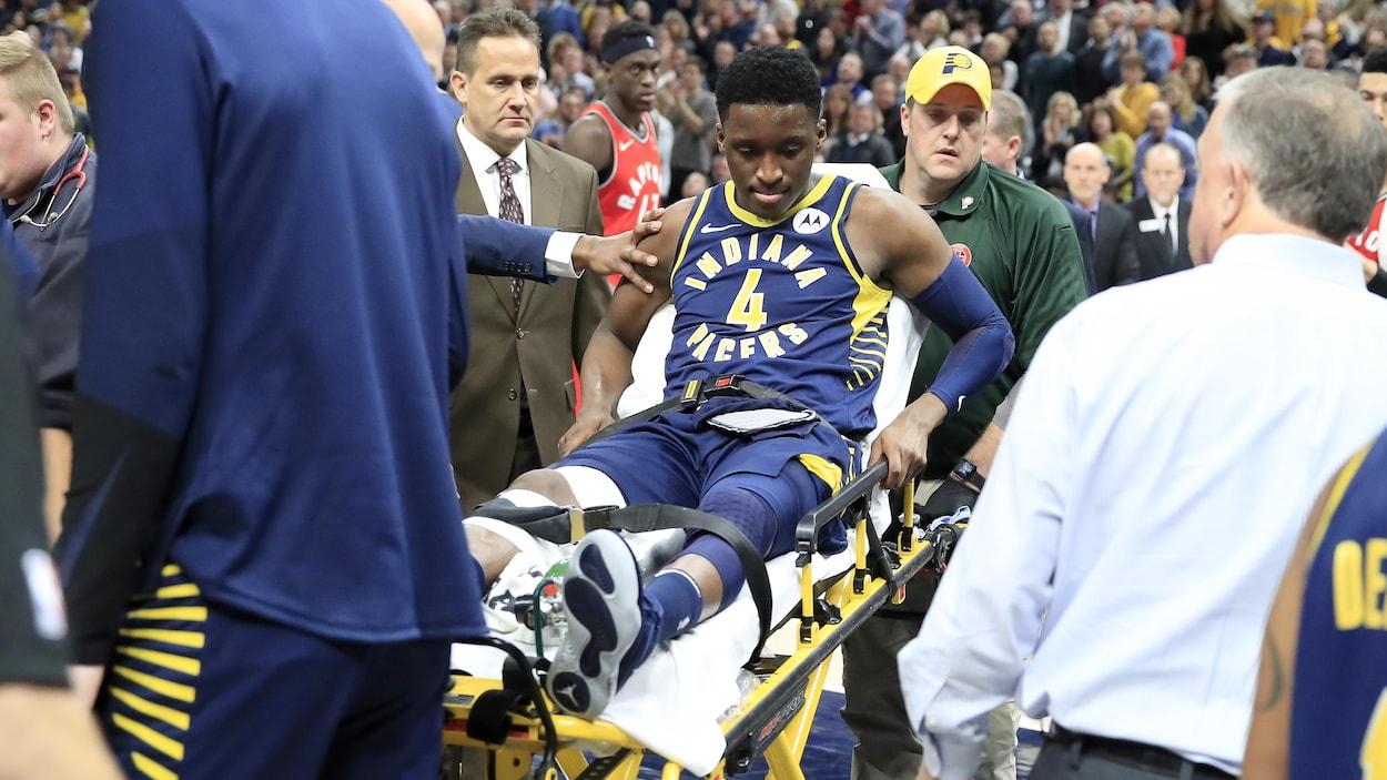 Victor Oladipo est évacué du terrain sur une civière après avoir subi une blessure au genou droit.