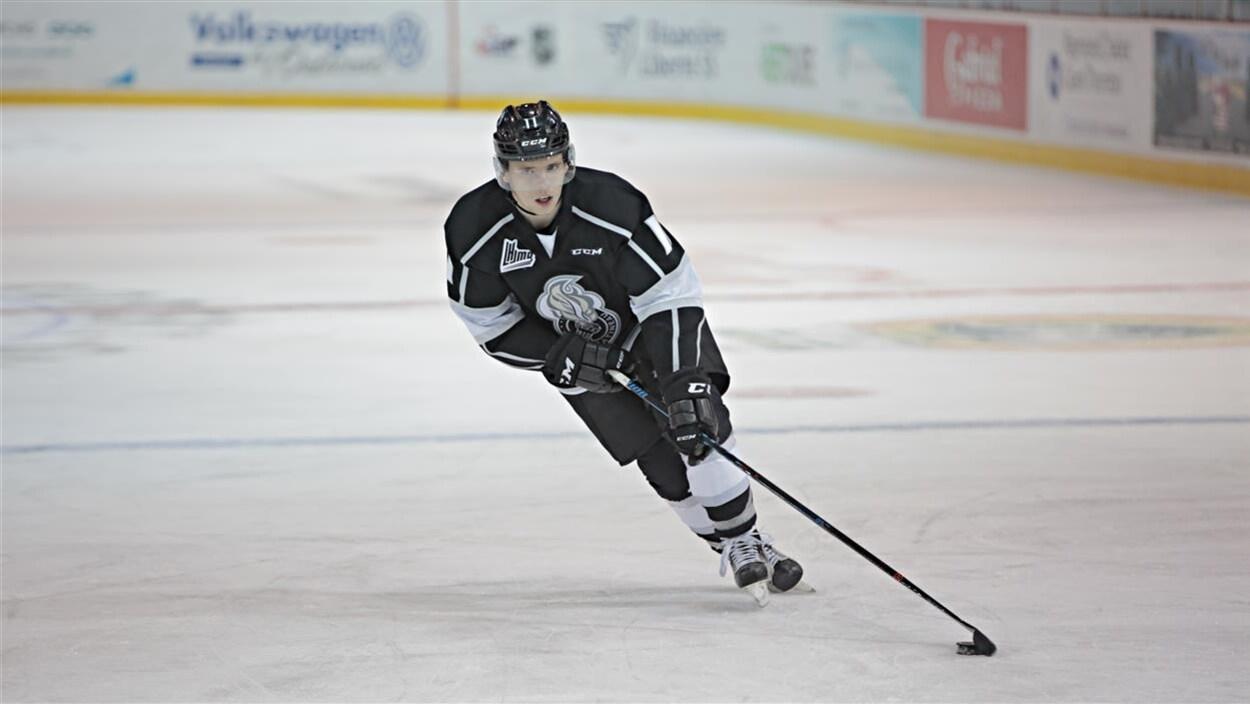 Abramov s'élance sur la glace avec une rondelle.
