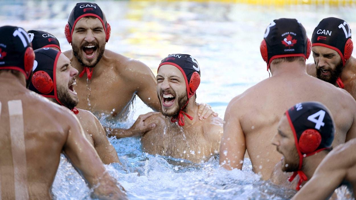 Les joueurs canadiens célèbrent un but contre le Brésil aux Championnats du monde de 2017.