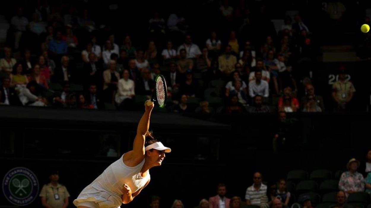Gabriela Dabrowski au service à Wimbledon